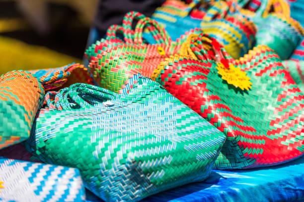 Gewebte Taschen auf dem Markt, Rarotonga, Aitutaki, Cookinseln. Mit selektivem Fokus – Foto
