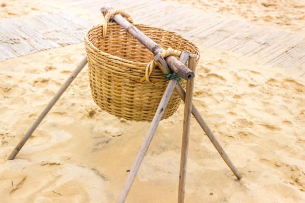 Geflochtenen Korb auf Frame-Sandstrand – Foto