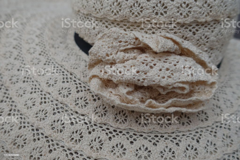 Woven hat made with crochet  Lace - Handicraft - Foto stock royalty-free di Alla moda