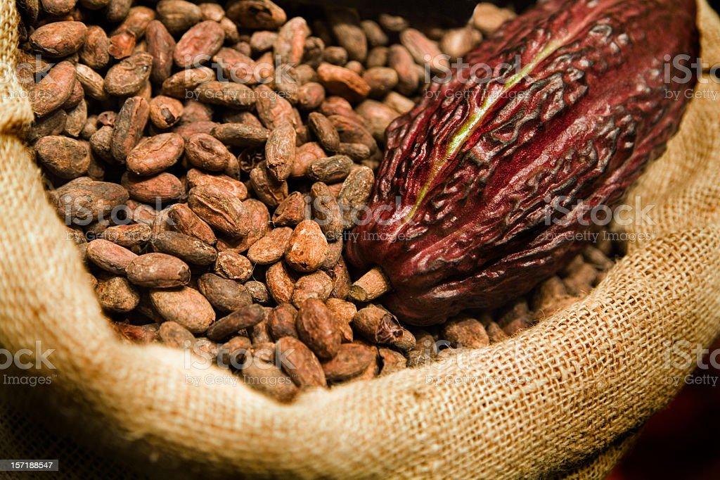 Sac En Toile De Jute De Feves De Cacao Et Des Fruits Frais Photos