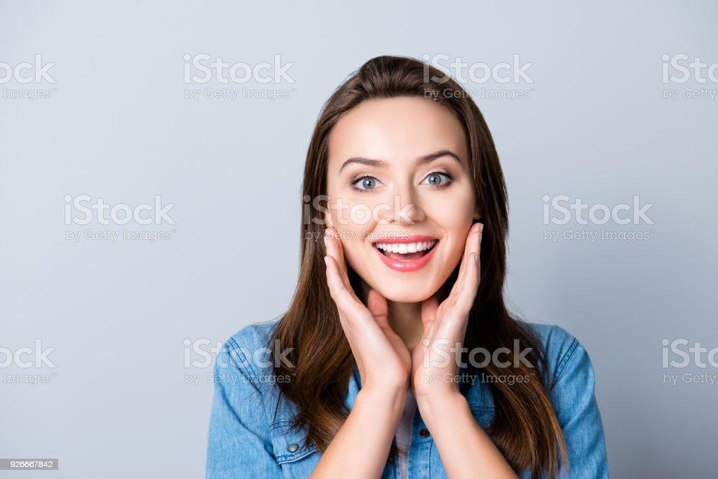 Wow. Porträt von jung, niedlich, ziemlich aufgeregt, glücklich Manager Hand in Hand in der Nähe von Wangen über grauen Hintergrund stehen hautnah – Foto