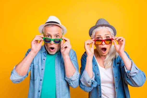 wow, unglaublich! erfolg gewinnen gewinner sieg gesichts hipster konzept zum ausdruck zu bringen. nahaufnahme foto portrait zweier aufgeregt erstaunt angst schöne hübsche menschen berühren gläser isoliert hintergrund - damen jeans sale stock-fotos und bilder