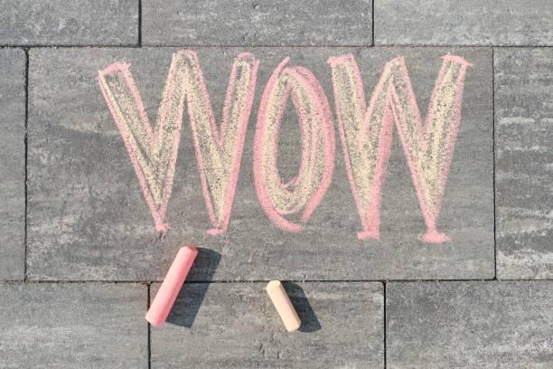 Wow gri kaldırım üzerine yazılmış, üst görünüm stok fotoğrafı