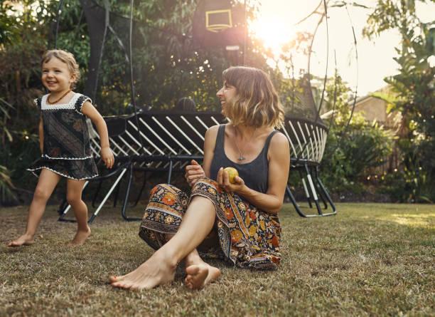 wow, you're so fast - mãe criança brincar relva efeito de refração de luz imagens e fotografias de stock