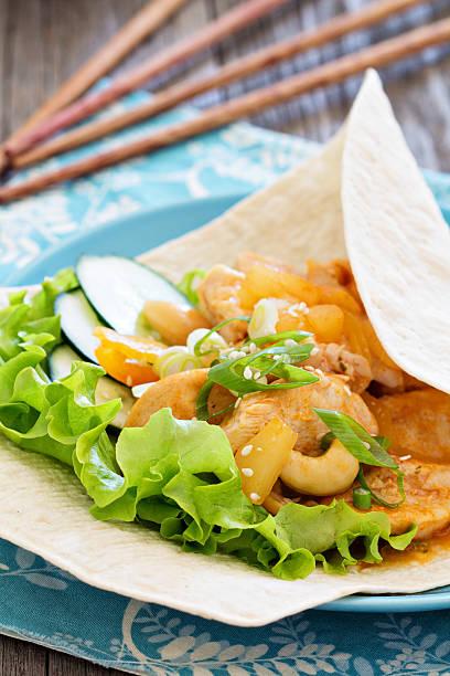 tortilla mit hühnchen in süß-saure sauce - ananas huhn salate stock-fotos und bilder