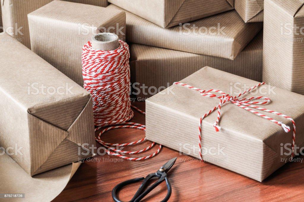Weihnachtsgeschenke Für Freunde.Verpackte Weihnachtsgeschenke Für Freunde Und Familie Stockfoto Und