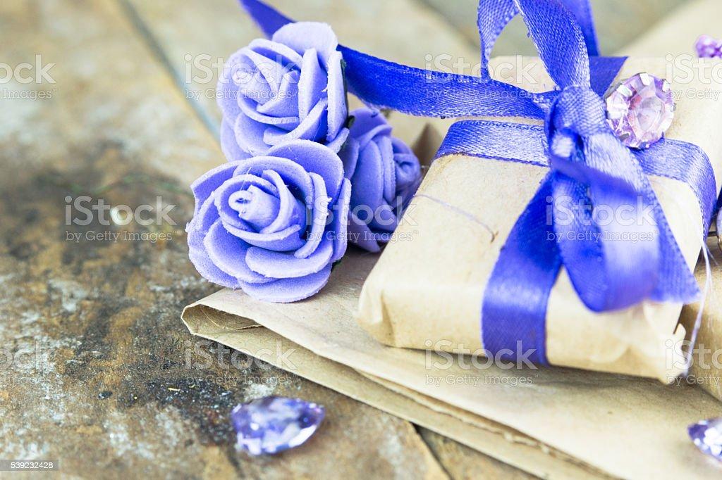 Caixas de presente com presentes e decoração de flores foto royalty-free