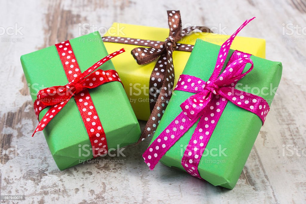 Envolto presentes de Natal ou festa na old prancha foto royalty-free