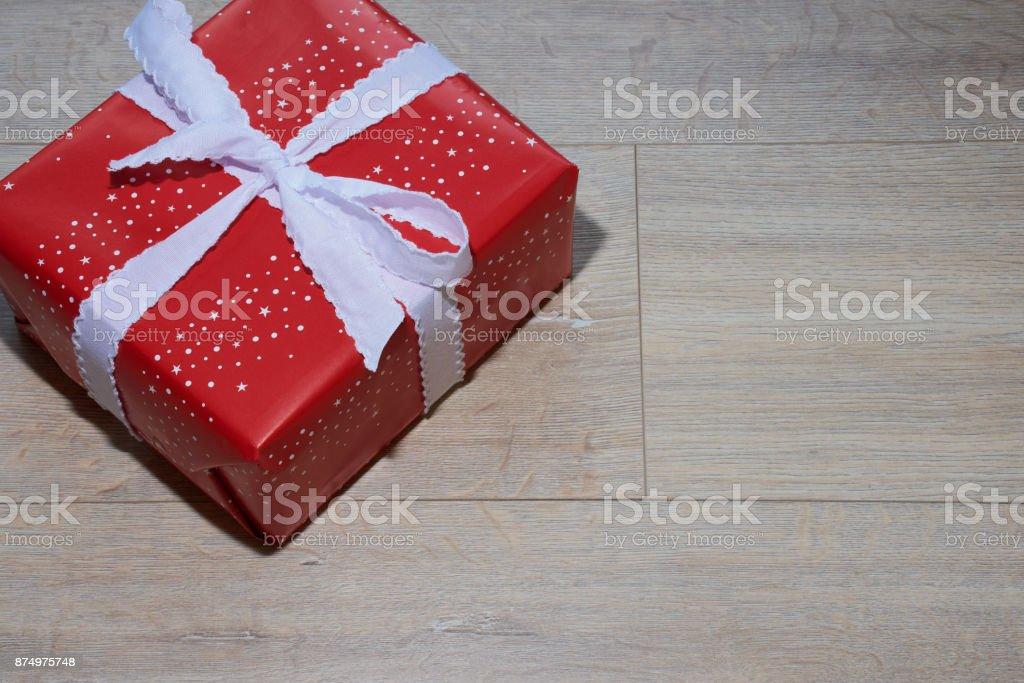 Eingepacktes Rotes Geschenk Mit Weißer Schleife Stock Photo