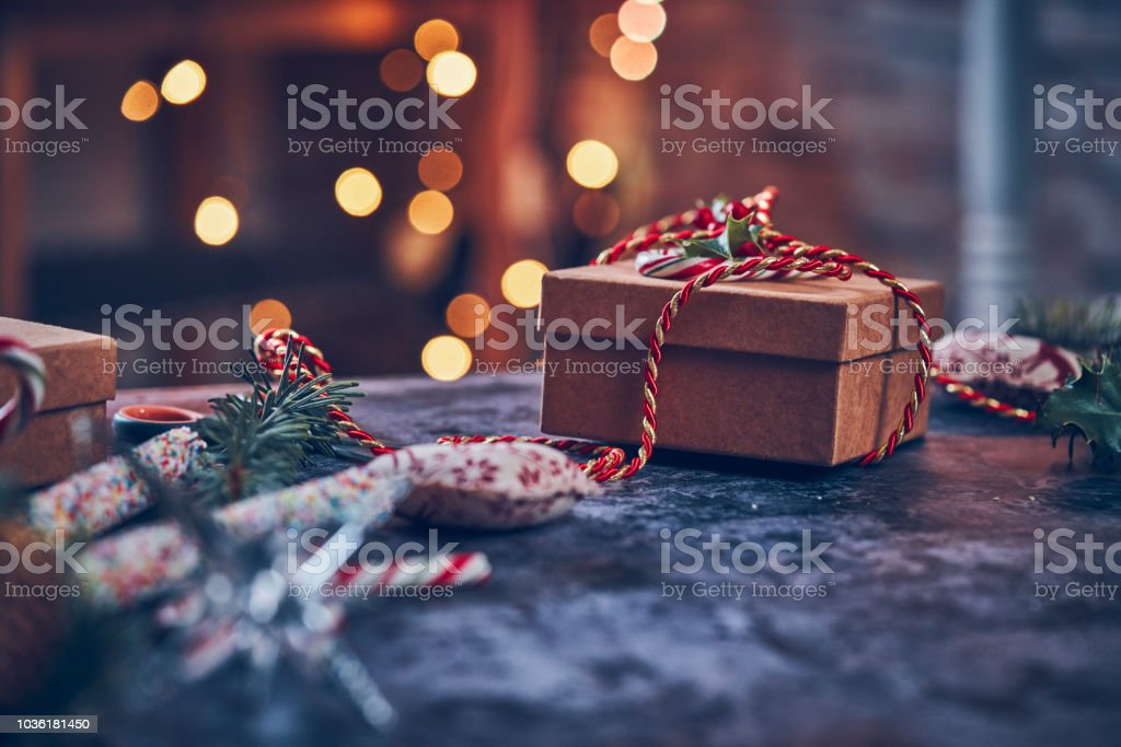 Wrapping and Decorating Christmas Presents foto stock royalty-free