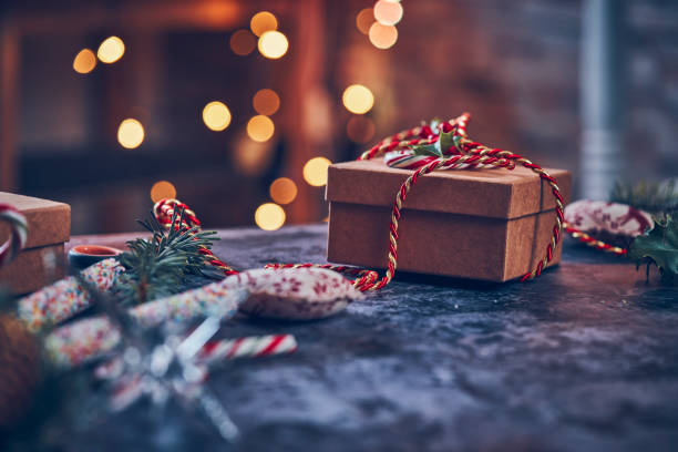 wrapping and decorating christmas presents - regalo natale foto e immagini stock