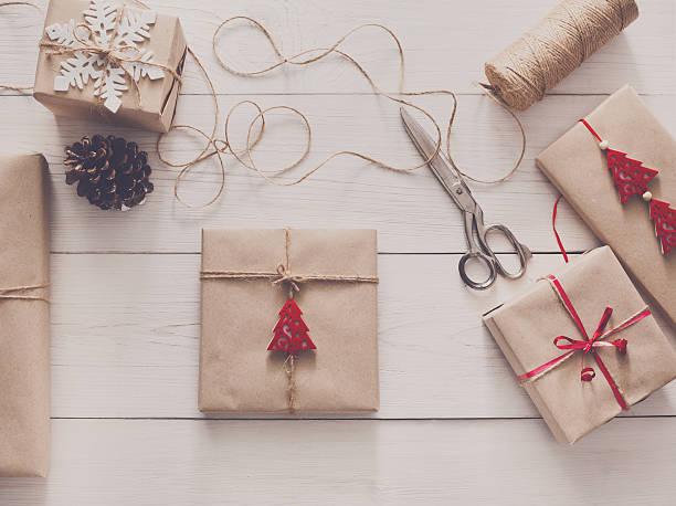 wrapping christmas holiday present with craft twine - bastelkarton stock-fotos und bilder