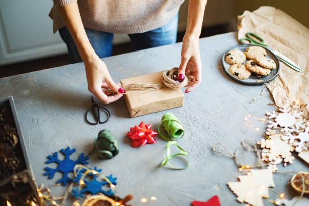 wrapping presents - avvolgere foto e immagini stock
