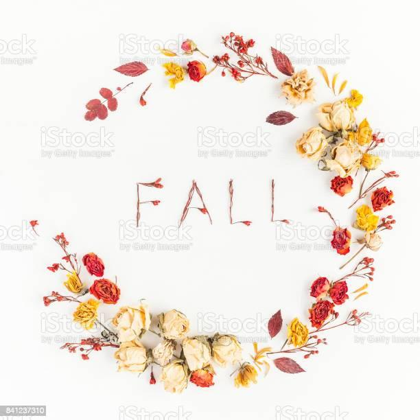 Wreath made of autumn leaves flowers flat lay top view picture id841237310?b=1&k=6&m=841237310&s=612x612&h=jd1ne2cgtdj81 zcuwthfganyitkxiukw0ksgmdz4ay=