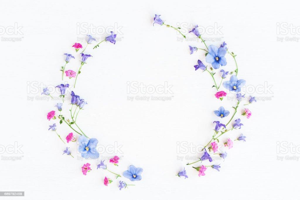 Kranz gemacht, Glockenblumen, Stiefmütterchen Blumen und rosa Blüten – Foto
