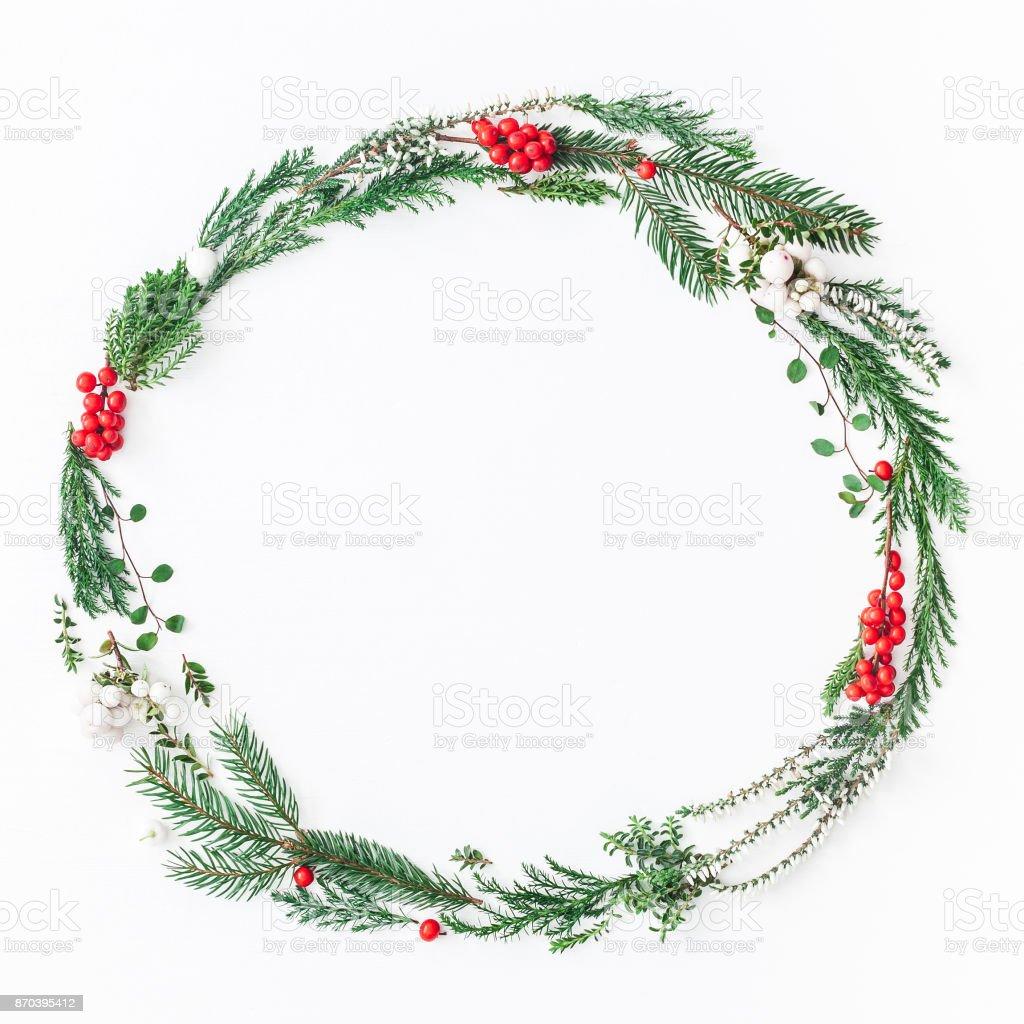 Krans av julgran grenar. Platt lekmanna, top view bildbanksfoto