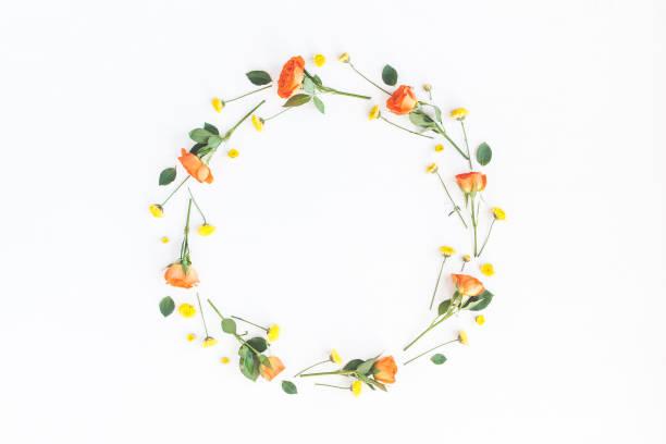 Kranz gemacht, Orangen und gelben Blumen auf weißem Hintergrund – Foto