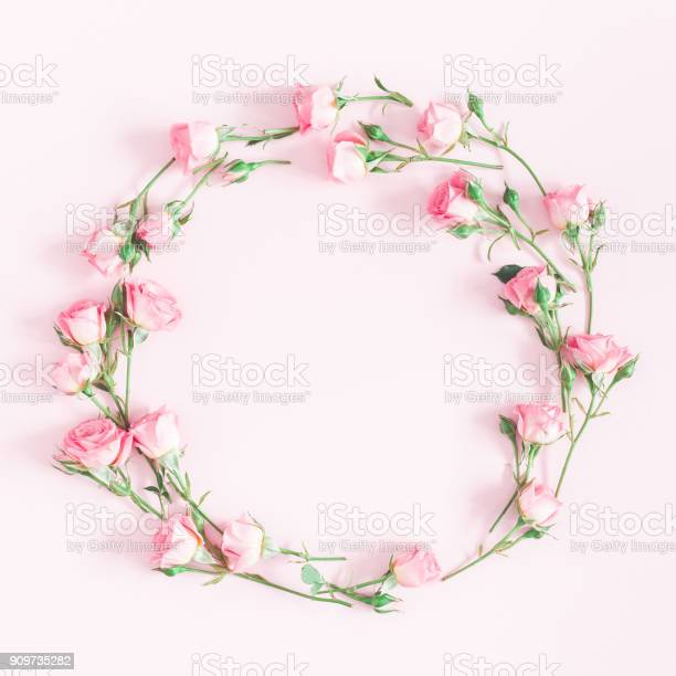 Wreath made of pink rose flowers flat lay top view picture id909735282?b=1&k=6&m=909735282&s=612x612&h=n7x9o0egynqkf4cpg3grhoe5cx2 uotoeomfe n712w=