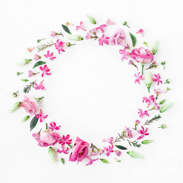 Kranz aus verschiedenen rosa Blüten auf weißem Hintergrund gemacht – Foto