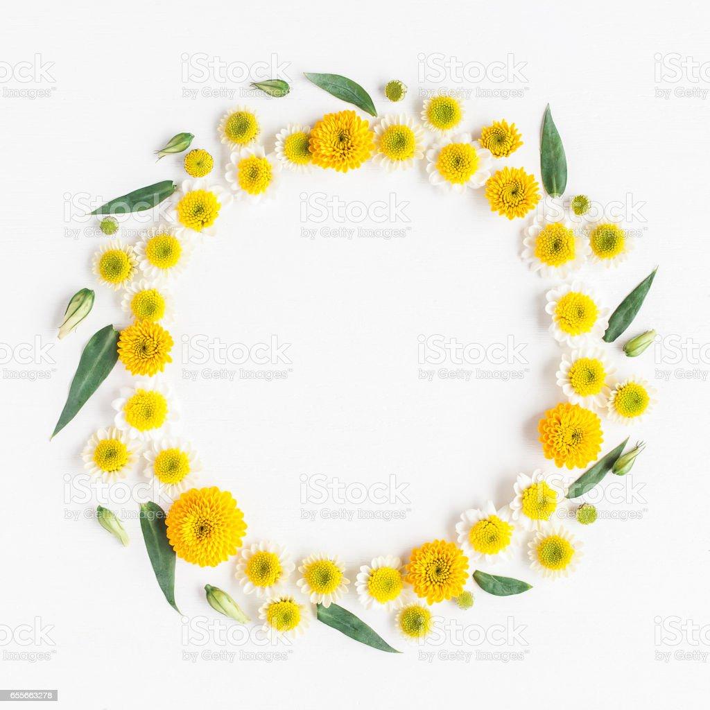 Kranz aus verschiedenen gelben Blüten auf weißem Hintergrund gemacht – Foto