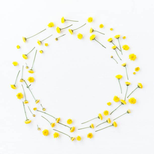 Kranz aus gelben Blüten gemacht. Flach legen, Top Aussicht – Foto