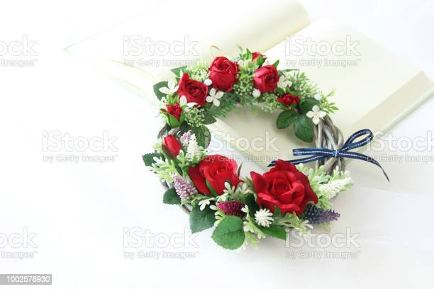 Wreath of red rose picture id1002576930?b=1&k=6&m=1002576930&s=612x612&h=rm8g7uu3chxsr pb7axewr1otm4q3yabcuptttd9yi8=