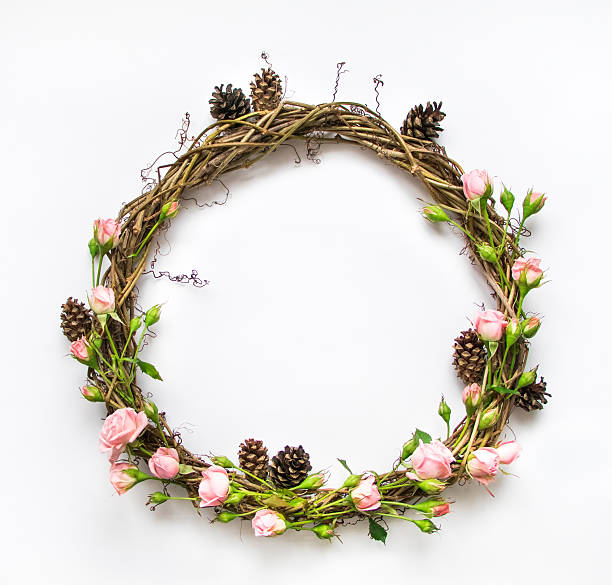 Wreath of vines with decorative roses and cones. Flat lay – Foto