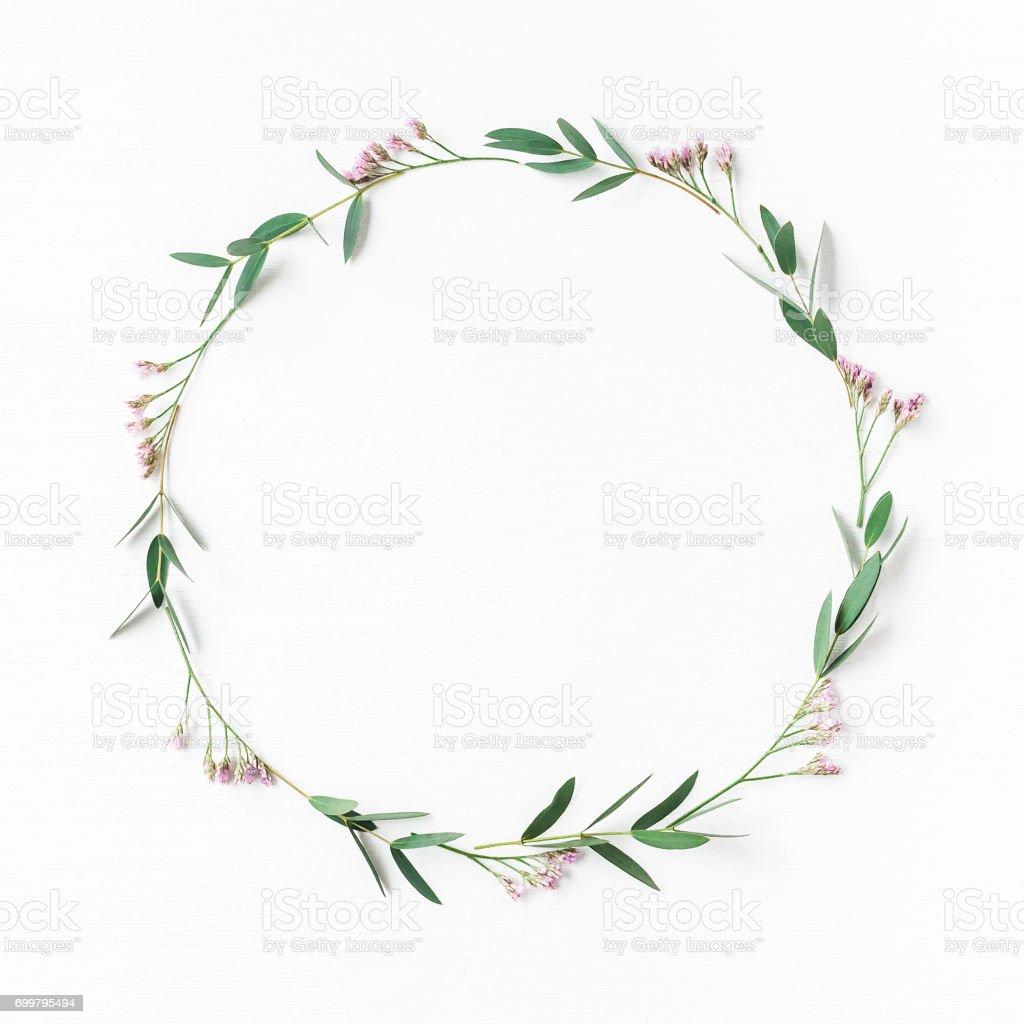 Kranz, rosa Blüten, Blätter Eukalyptus. Flach legen, Top Aussicht – Foto