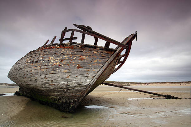 wreck at bunbeg beach - shipwreck stock pictures, royalty-free photos & images