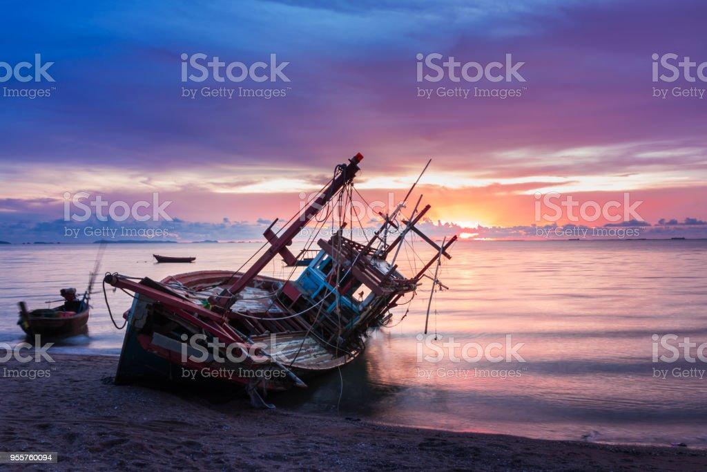 Wrack wurde am Strand mit der schönen Dämmerung Himmel gelassen. – Foto
