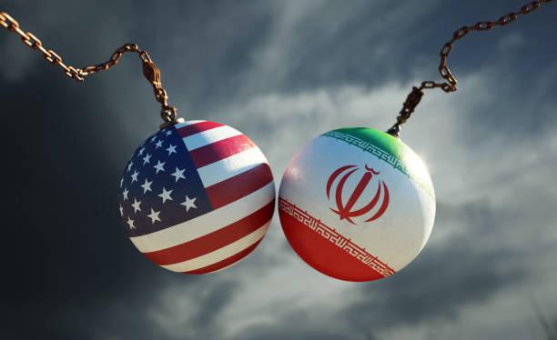 Wrecking Bälle strukturiert mit amerikanischen und iranischen Flaggen über dunklen stürmischen Himmel – Foto