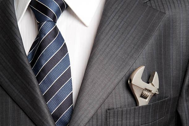 Schraubenschlüssel in der Tasche der Geschäftsmann – Foto