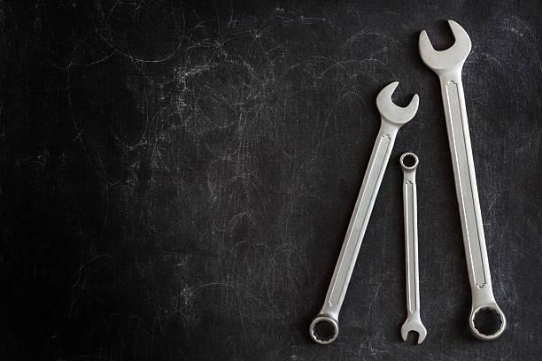 chaves em um fundo escuro - fundo oficina imagens e fotografias de stock