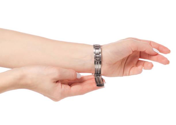 armbanduhr spange auf eine weibliche hand - markenuhren damen stock-fotos und bilder