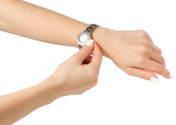 armbanduhr auf eine weibliche hand - markenuhren damen stock-fotos und bilder
