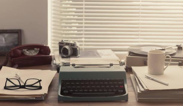 Escritor e jornalista desktop vintage com máquina de escrever - foto de acervo