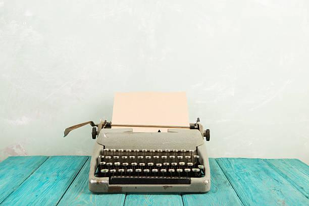 do escritor local de trabalho-escrivaninha de madeira com máquina de escrever - foto de acervo