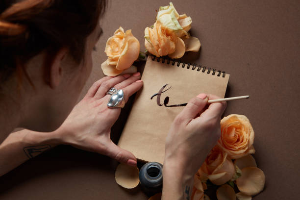 Writing a love letter with roses - foto stock
