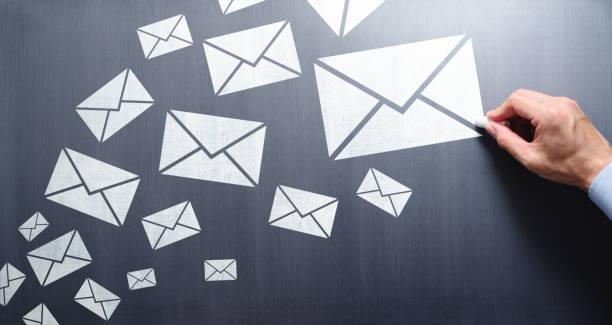 多くの電子メールの概念を書き込み、送信します。 - メール ストックフォトと画像