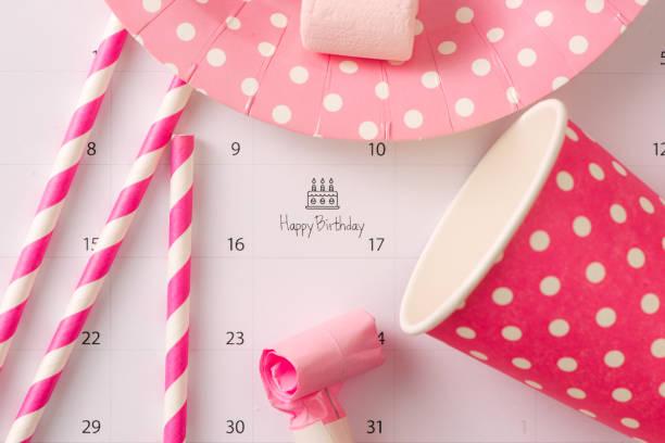 kuchen auf kalender alles gute zum geburtstag zu schreiben - geburtstag vergessen stock-fotos und bilder
