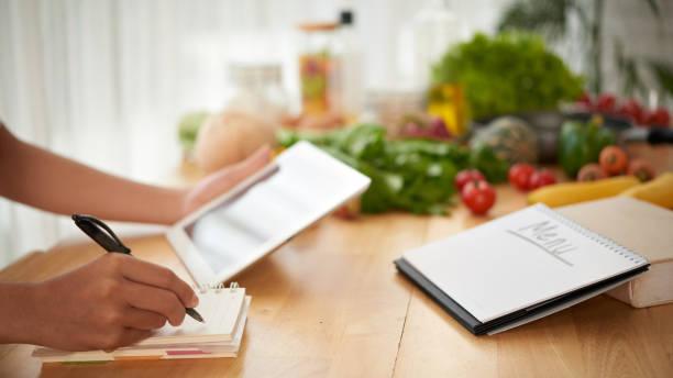 schreiben von gesunden menü - speisekarte stock-fotos und bilder