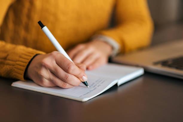 pisanie w notatniku. zbliżenie. - notes zdjęcia i obrazy z banku zdjęć