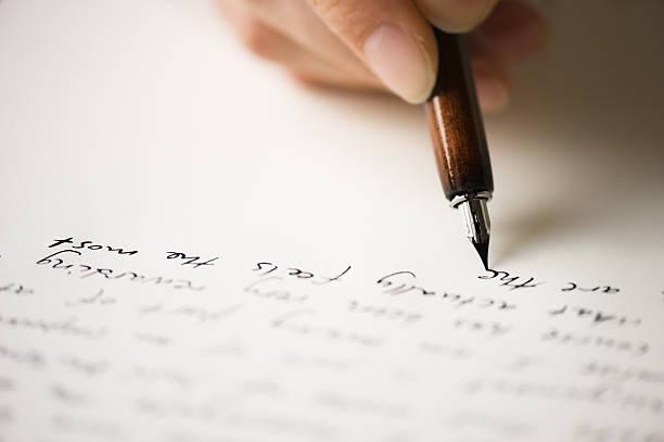 писать письмо другу - сообщение стоковые фото и изображения