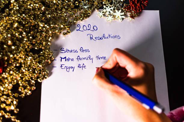 Neujahrsvorsätze für Weihnachten schreiben. Weihnachtsvorsätze. Text 2020 Entschließungen zu Papier. – Foto
