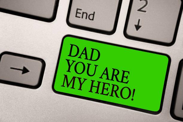 eingabe der notiz zeigt, dad sie sind mein held. business foto präsentiert bewunderung für ihren vater liebe gefühle kompliment silber grau computer grüne schaltfläche tastatur mit schwarzen buchstaben. - papa zitate stock-fotos und bilder