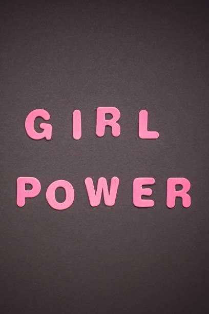 girl power schrift auf schwarzem papierhintergrund - rosa zitate stock-fotos und bilder