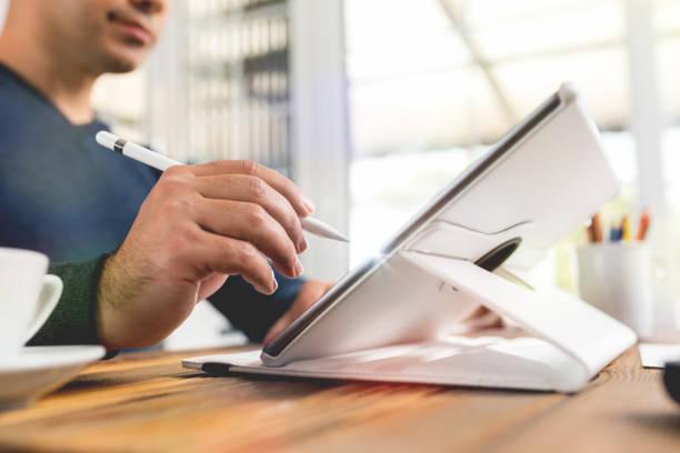 pisanie lub podpisywanie dokumentów cyfrowych za pomocą elektronicznego padu i rysika - przemysł elektroniczny zdjęcia i obrazy z banku zdjęć