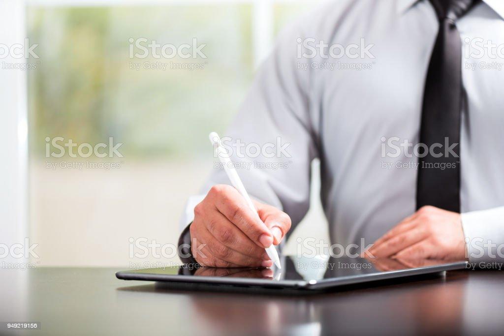 Schreiben oder Unterzeichnung am digitalen Dokument mit Tablett und Stift – Foto
