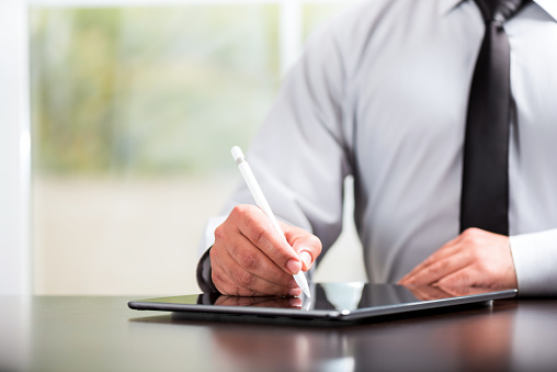 Writing Or Signing On Digital Document Using Tablet And Stylus Pen - Fotografie stock e altre immagini di Abbigliamento formale
