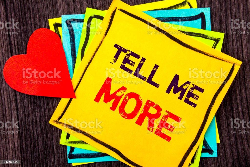 Texteingabe mit Tell Me More. Was bedeutet Beratung Coaching auf Stikcy Hinweis Papier auf dem Holz Hintergrund Love Heart geschrieben Anleitung Neugier In Konzept – Foto